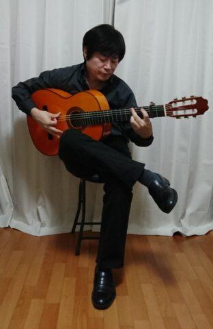 足を組むフラメンコギターの構え方