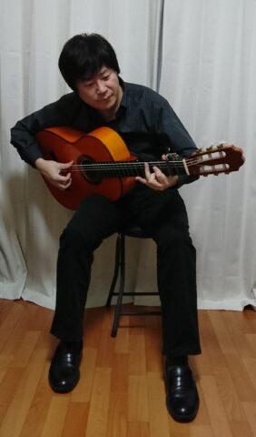 足を組まないフラメンコギターの構え方