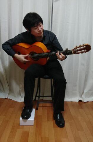 足台を使うフラメンコギターの構え方